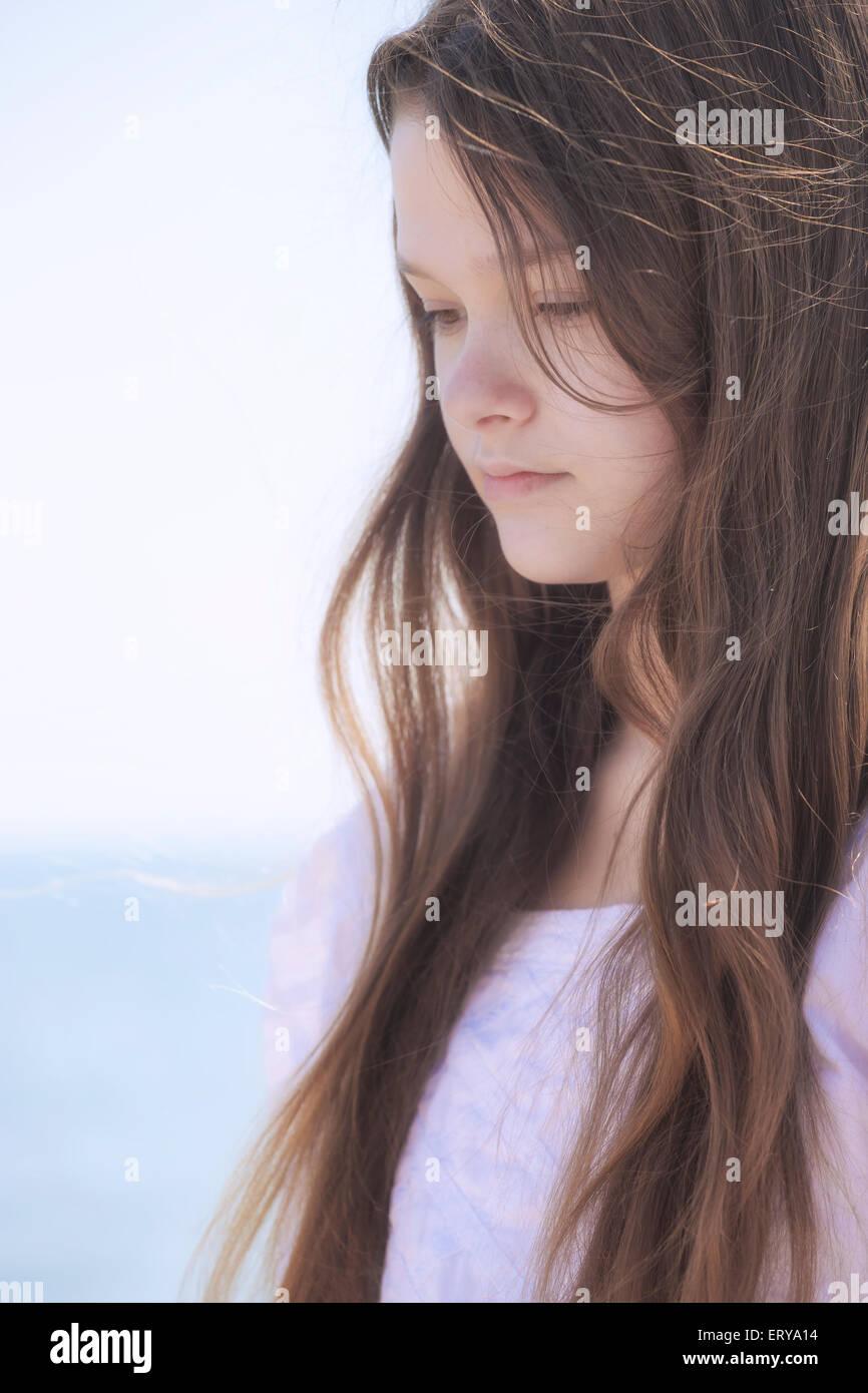 Ritratto di un pensieroso giovane ragazza adolescente Immagini Stock