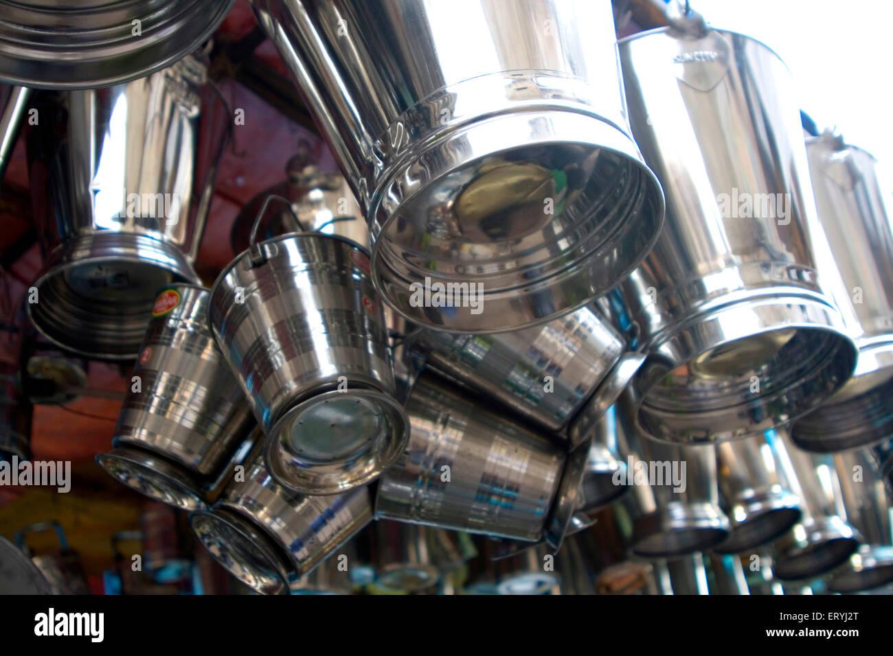 Le benne di acciaio nel negozio ; India Immagini Stock