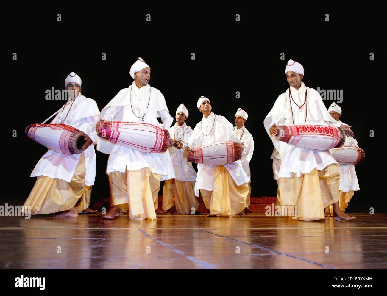 Gayan bayan di cantare e suonare strumenti musicali cultura dell Assam ; India n. MR Immagini Stock