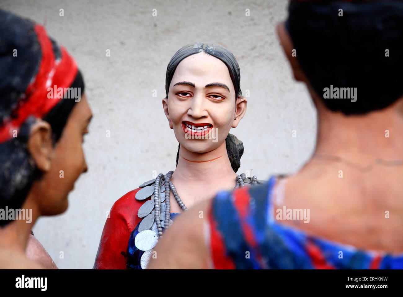 Statue di maschi e femmine che mostra regione nord est le persone e i loro abiti tradizionali ; India Immagini Stock