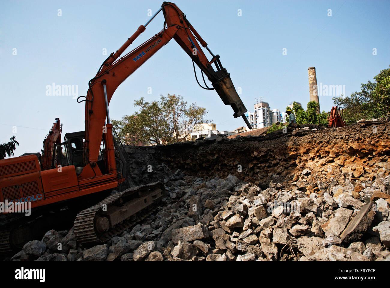 Demolizione di cavalcavia lalbaug utilizzando macchinari pesanti in Mumbai Bombay ; Maharashtra ; India 5 Maggio Immagini Stock