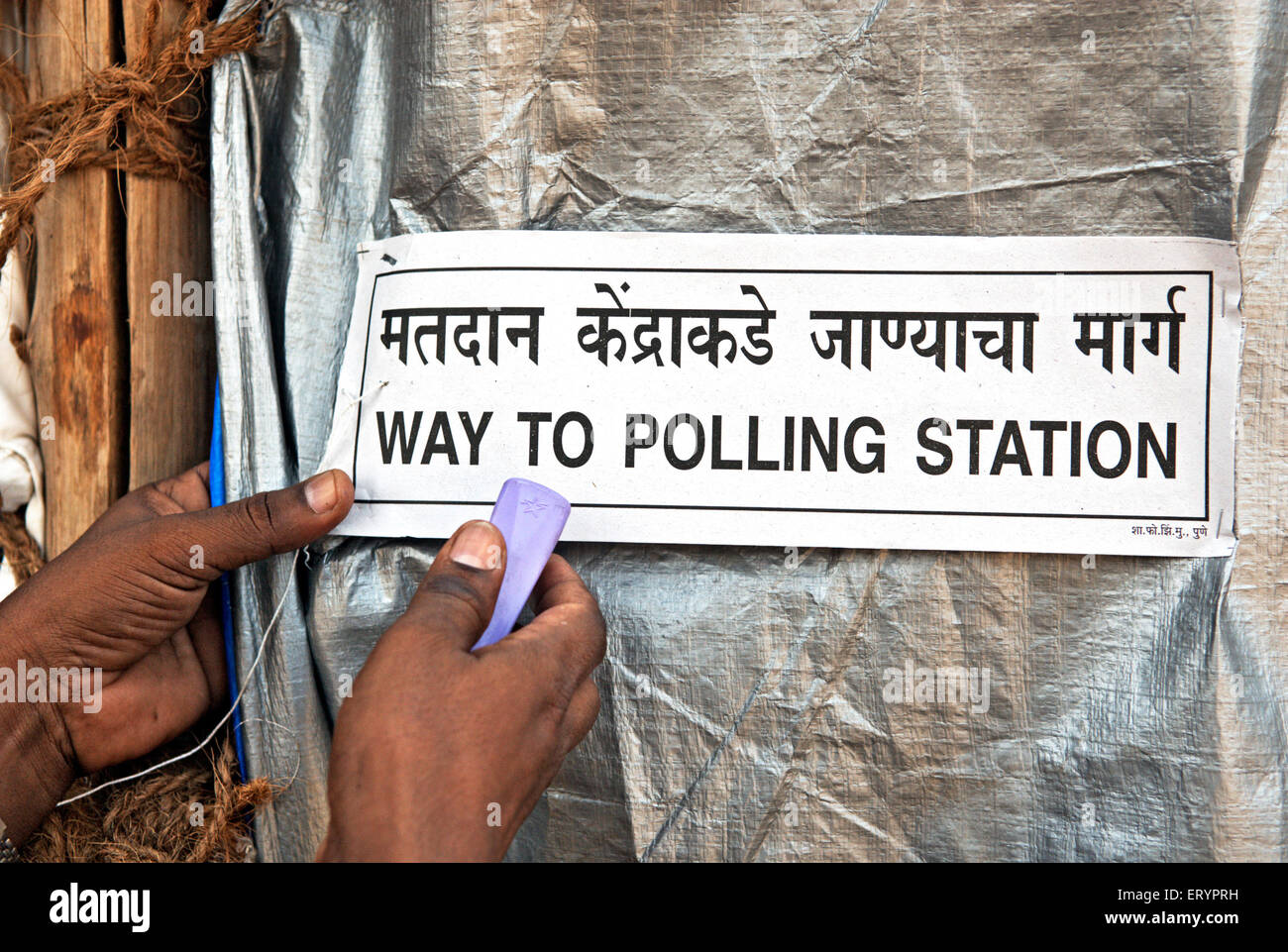 Officer staples istruzioni su stand per sondaggi in Mumbai Bombay ; Maharashtra ; India 29 Aprile 2009 Immagini Stock