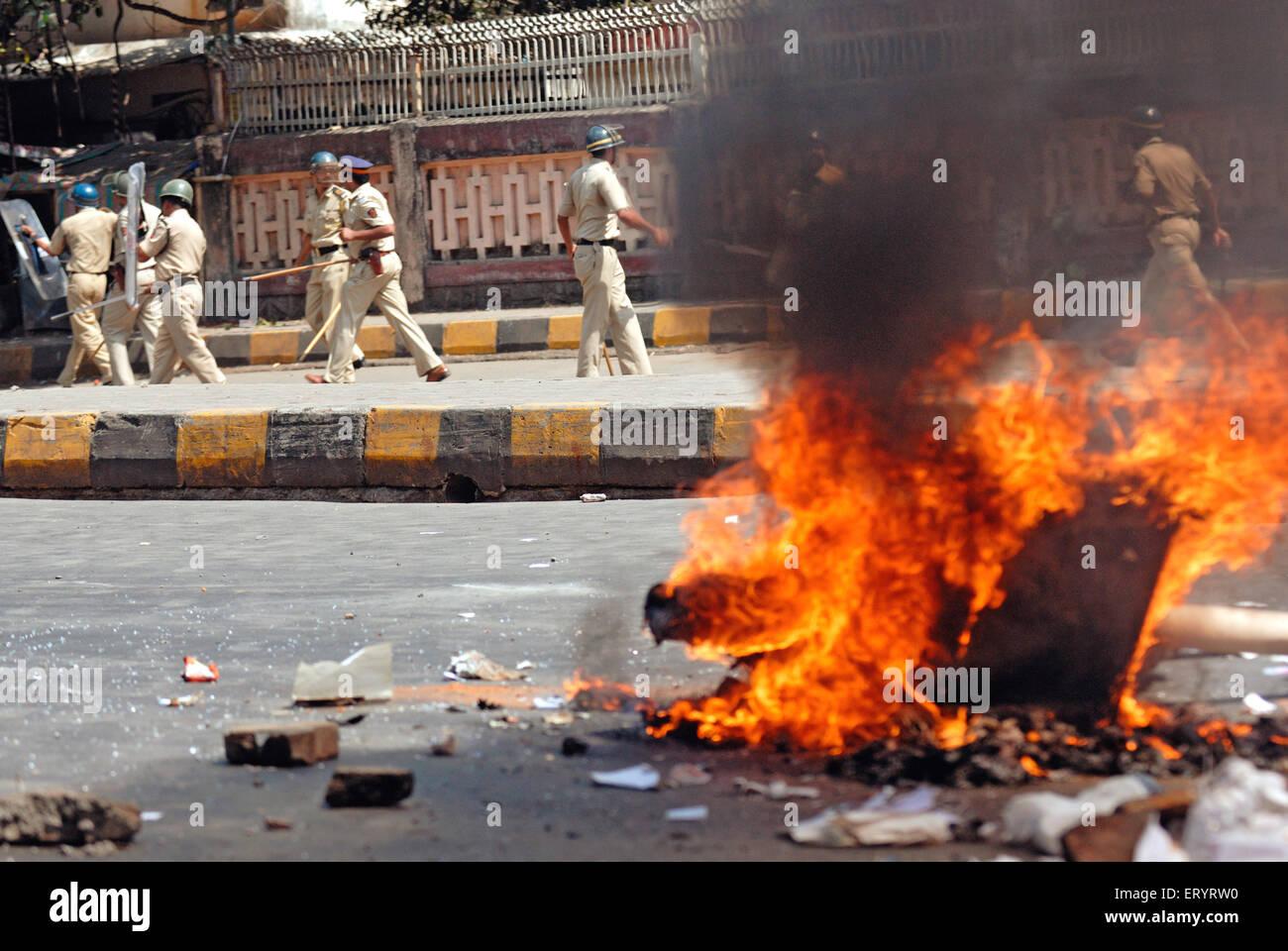 Protesta violenta bruciando immondizia sulla strada ; Bandra ; Mumbai Bombay ; Maharashtra ; India 21 Ottobre 2008 Immagini Stock