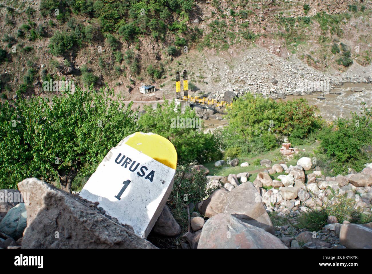 Pietra miliare danni che mostra la distanza di Urusa ; Baramulla ; Jammu e Kashmir ; India 6 Aprile 2008 Immagini Stock