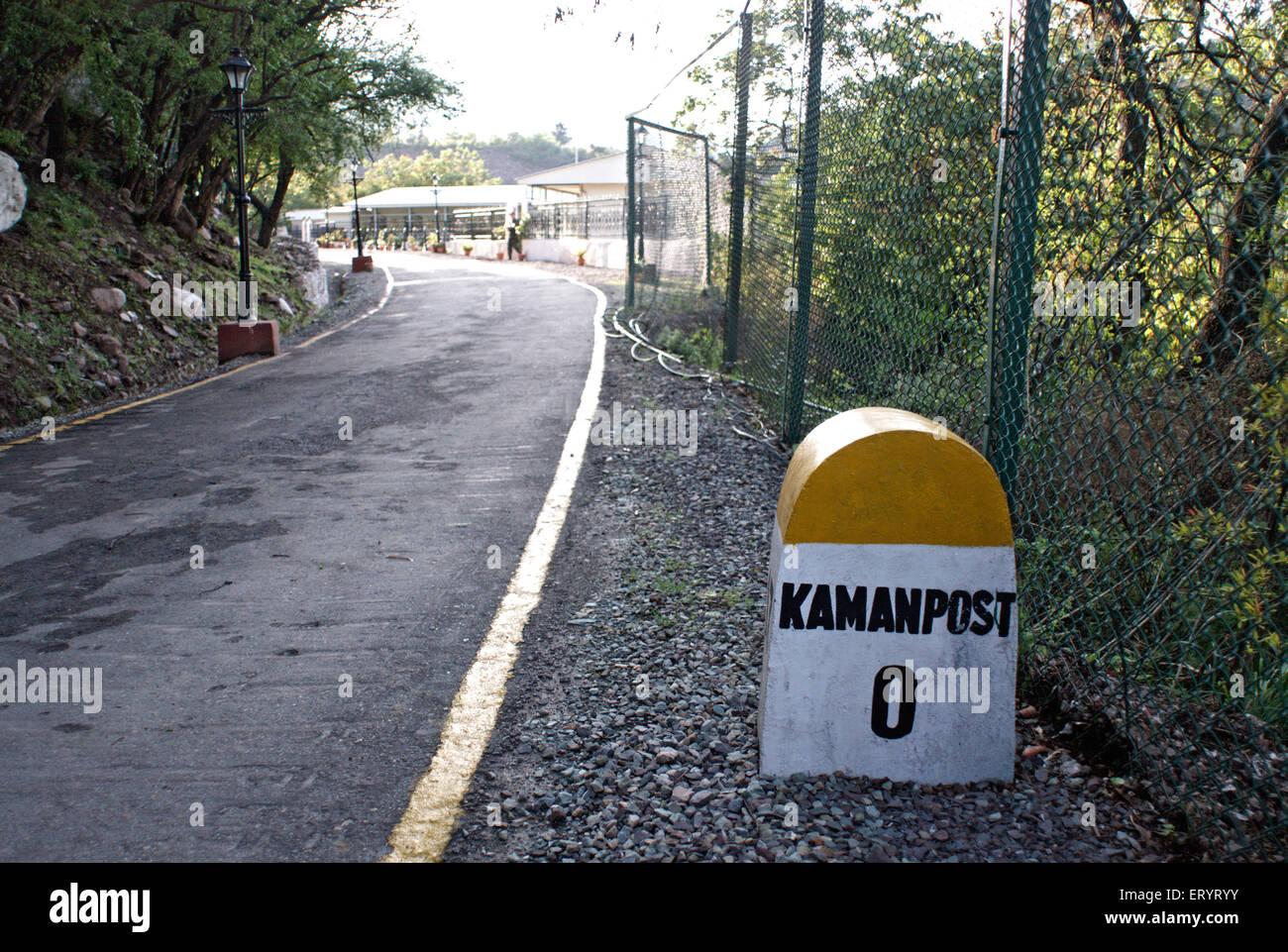 Pietra miliare che mostra la distanza di kamanpost e srinagar muzaffarabad road ; Uri ; Jammu e Kashmir ; India Immagini Stock