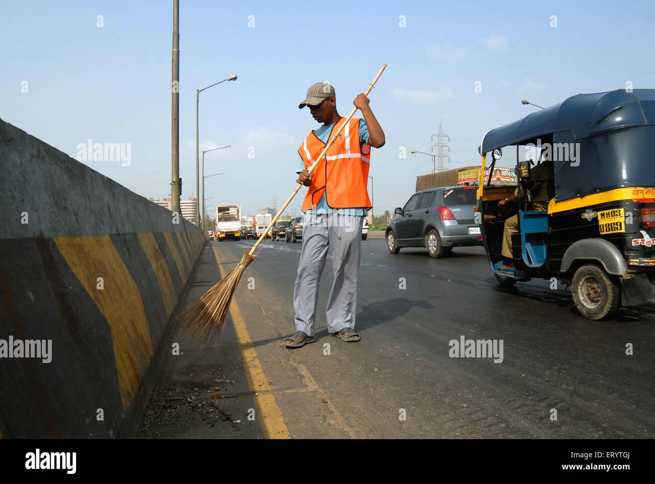 Operaio pulizia di strade in Mumbai Bombay ; Maharashtra ; India Immagini Stock