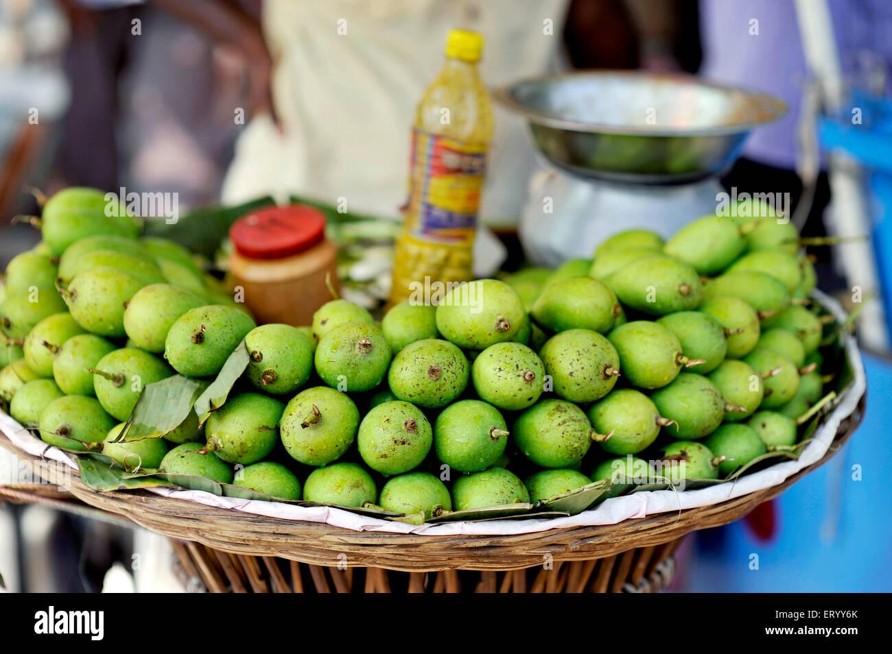 Il green mango per superare il calore d'estate nel mercato di domenica in Kolkata India Immagini Stock