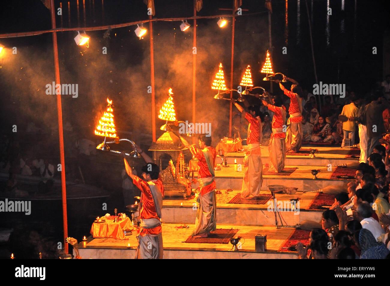 Ganga gange arti a varanasi ghat ; Uttar Pradesh ; India - dba 173477 Immagini Stock