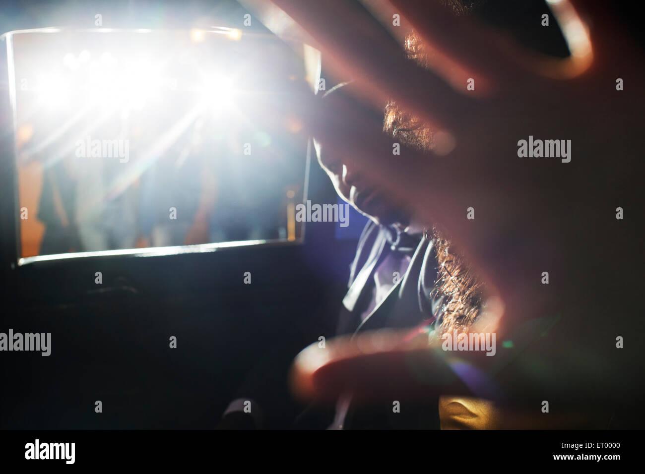 Celebrity giovane bloccando la fotocamera in limousine a caso Immagini Stock