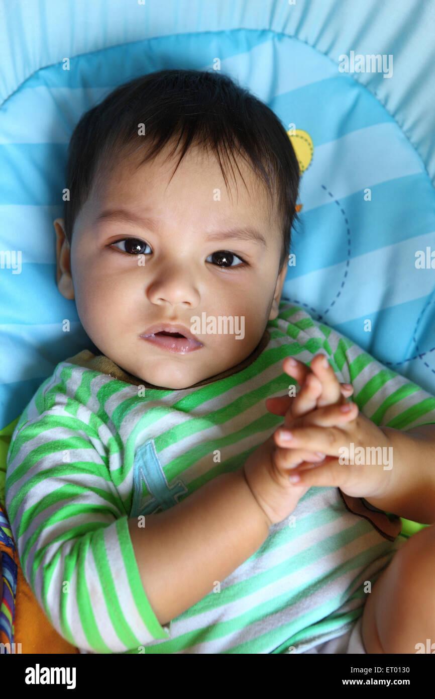 Sguardo autorevole baby boy con le dita incrociate signor#732 Immagini Stock