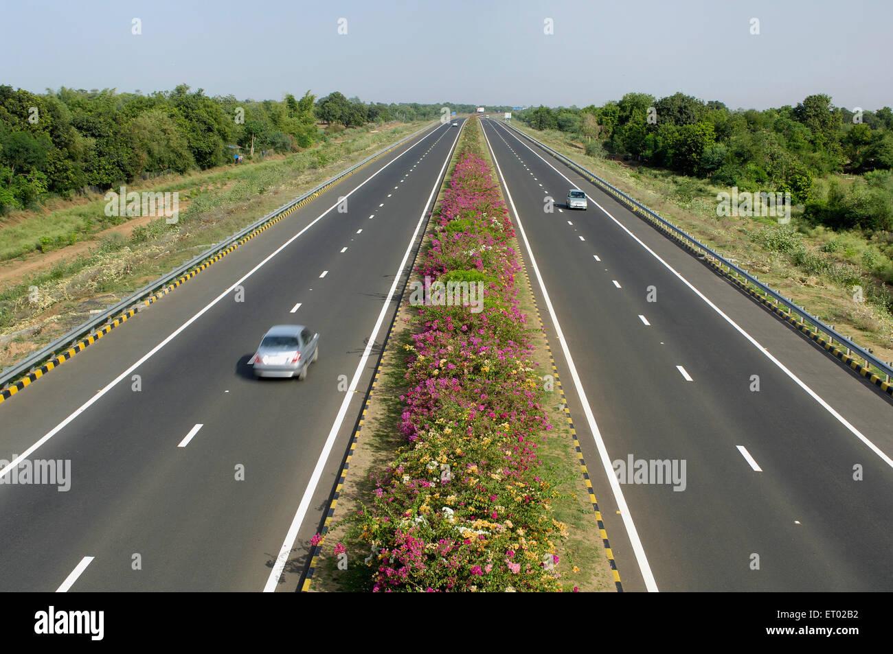 Ahmedabad Vadodara Expressway con fiori bed autostrade nazionali Autorità del Gujarat India India Immagini Stock