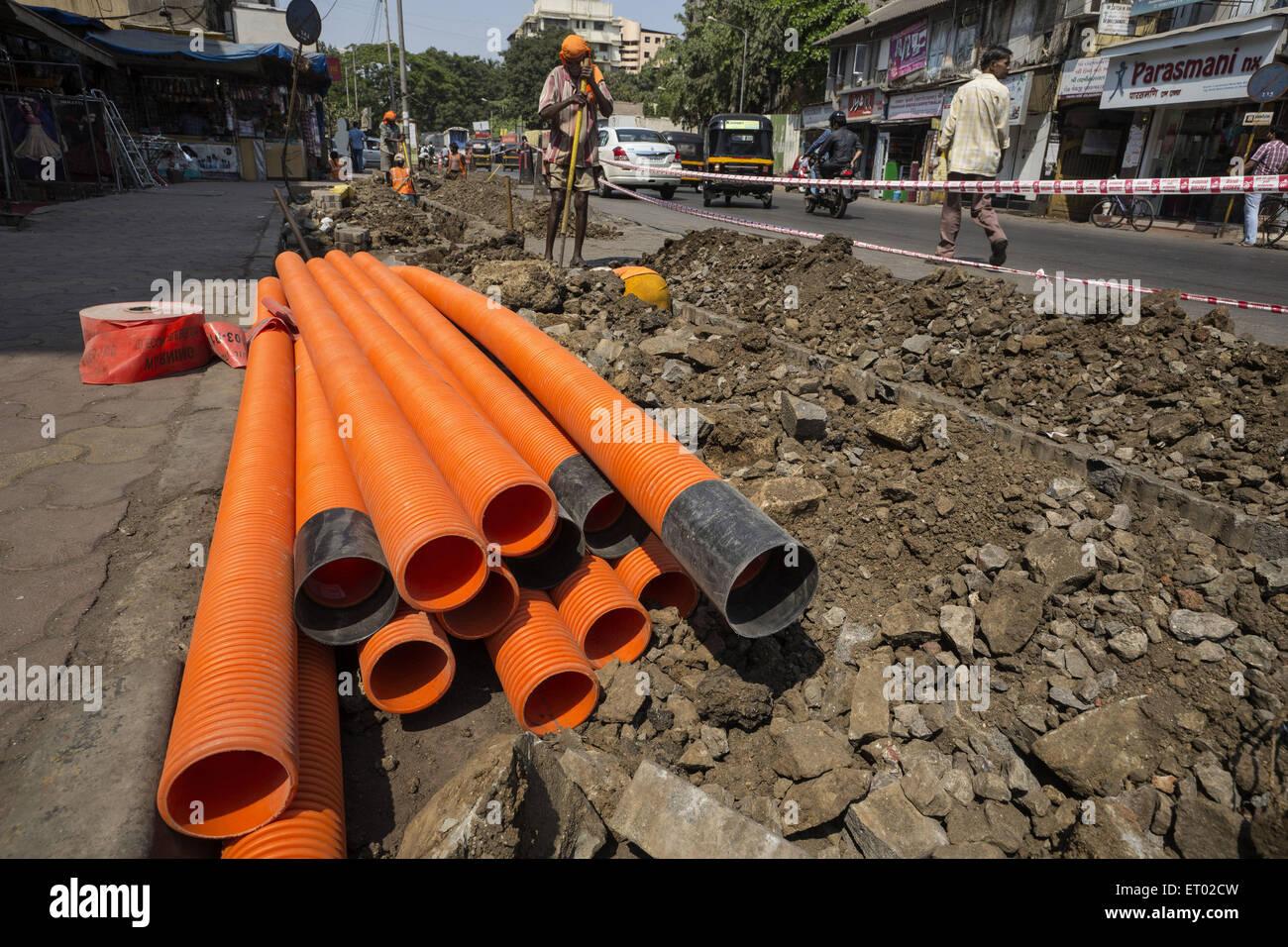 Sotto terra posa di PVC Tubi strutturati in Ghatkopar a Mumbai India Asia Immagini Stock