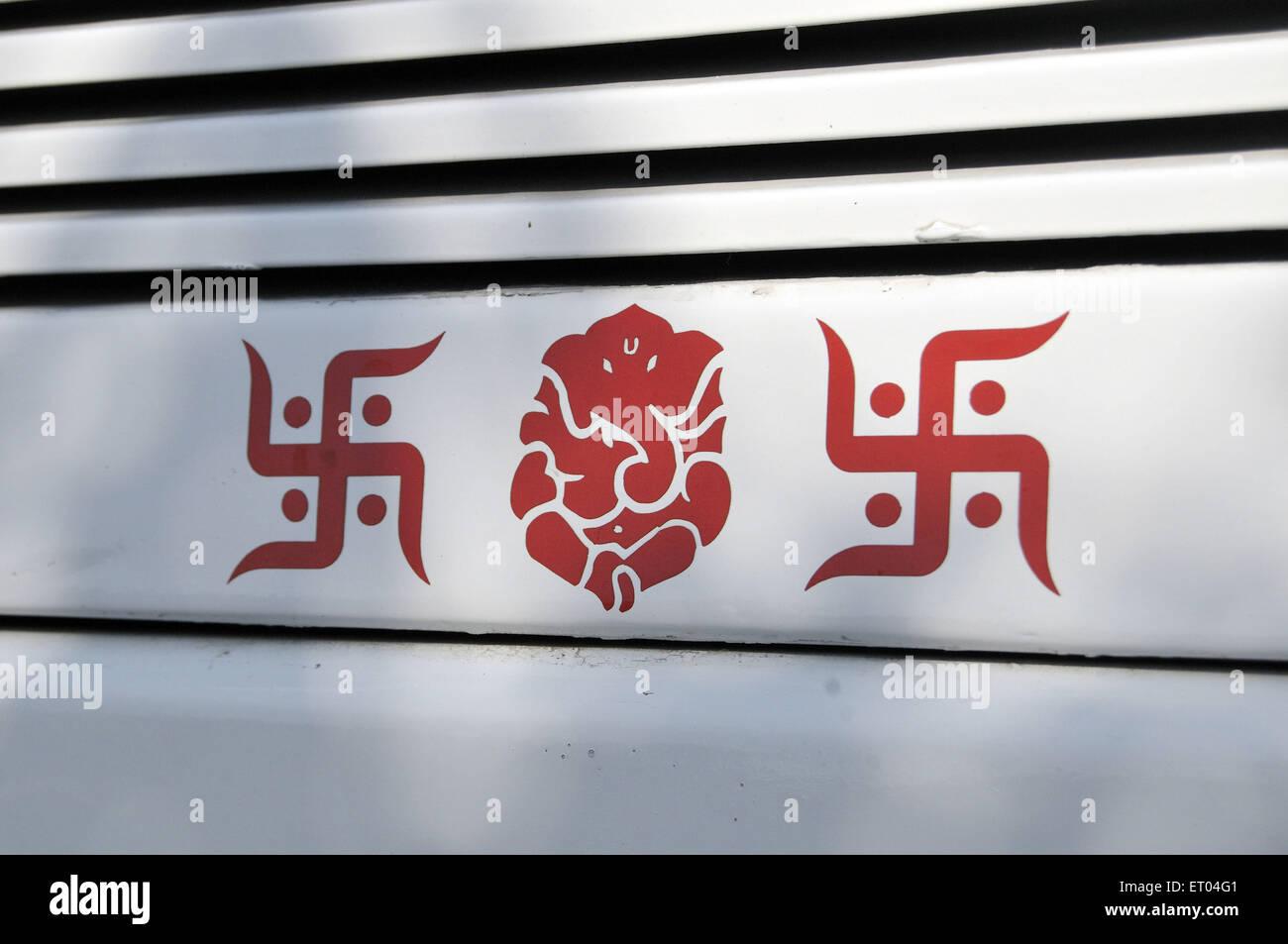 Ganesh e svastica simboli dipinti sul carrello a Delhi in India Immagini Stock