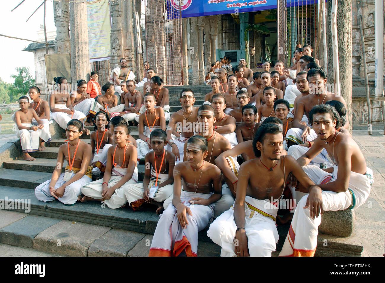 Gli studenti della scuola vedica nel Chidambaram Nataraja tempio ; Chidambaram ; Tamil Nadu ; India n. MR Immagini Stock