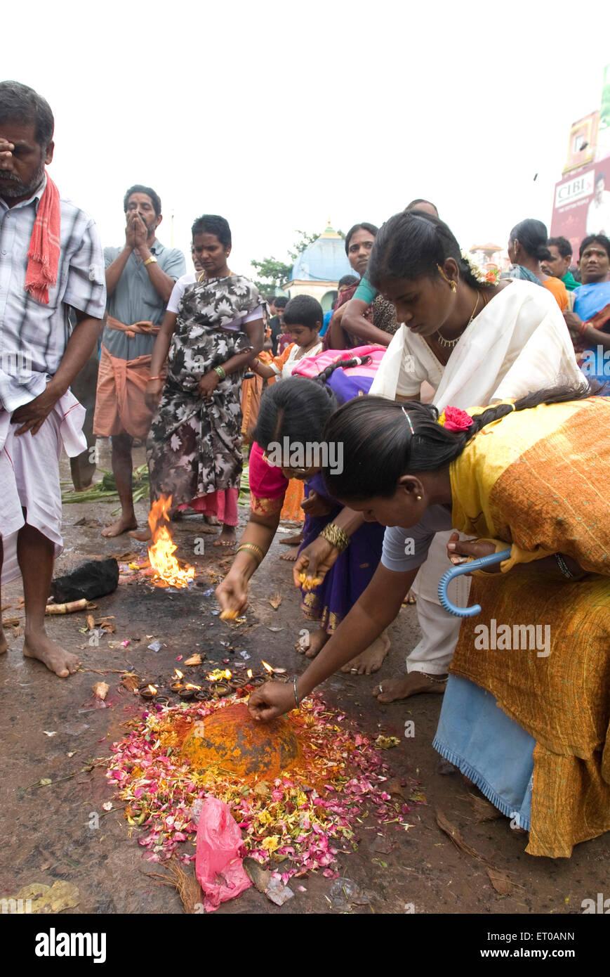 Adorare in Arunachaleshwara tempio dedicato al dio Shiva Chola Periodo dal IX secolo XIII in Thiruvannamalai Foto Stock