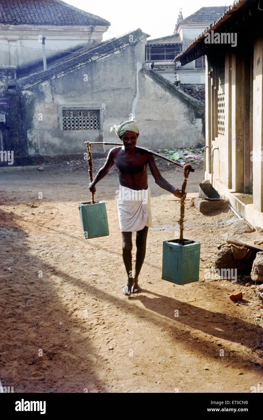 Tradizionali portatori di acqua ; Chettinad ; Tamil Nadu ; India Immagini Stock