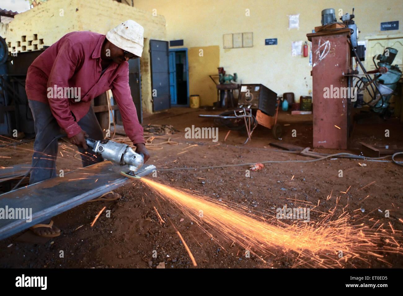 La macinazione e la formazione di scintille in acciaio Fabbricazione in Bharat Heavy Electricals Limited ; Trichy Immagini Stock