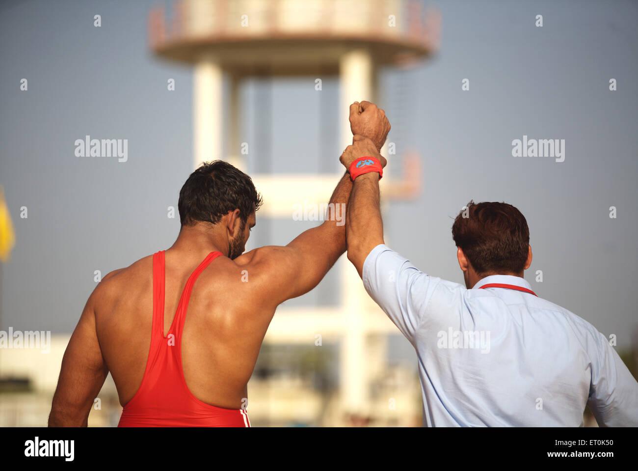 Il lottatore India dichiarato vincitore match wrestling ; Consacrazione perpetua Guru sikh Granth Sahib Khalsa sportivo Immagini Stock