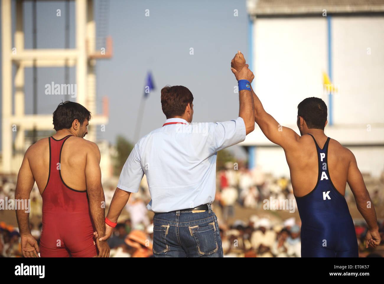 Il lottatore Pakistan dichiarato vincitore match wrestling ; Consacrazione perpetua Guru sikh Granth Sahib Khalsa Immagini Stock