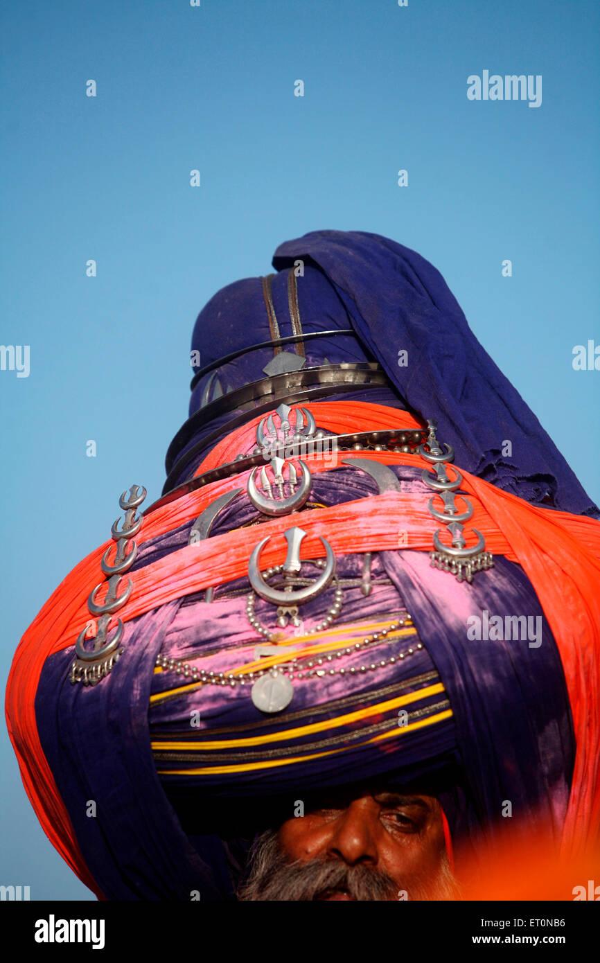 Nihang o guerriero Sikh in pagdi o cappelli con la spada durante la hola Mohalla festival di Anandpur sahib in Rupnagar Immagini Stock