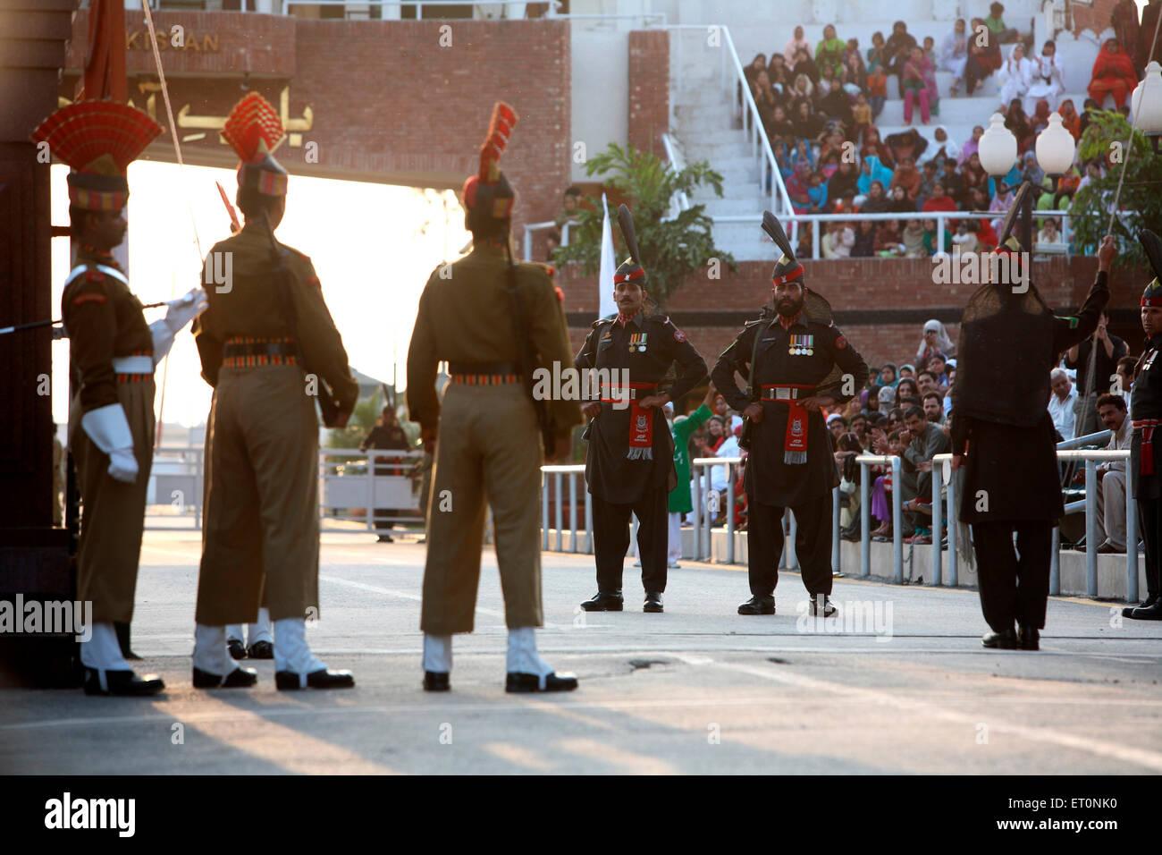 Confine indiano forza di sicurezza e soldati pakistani facendo di contropartita parade prima di iniziare la modifica Immagini Stock