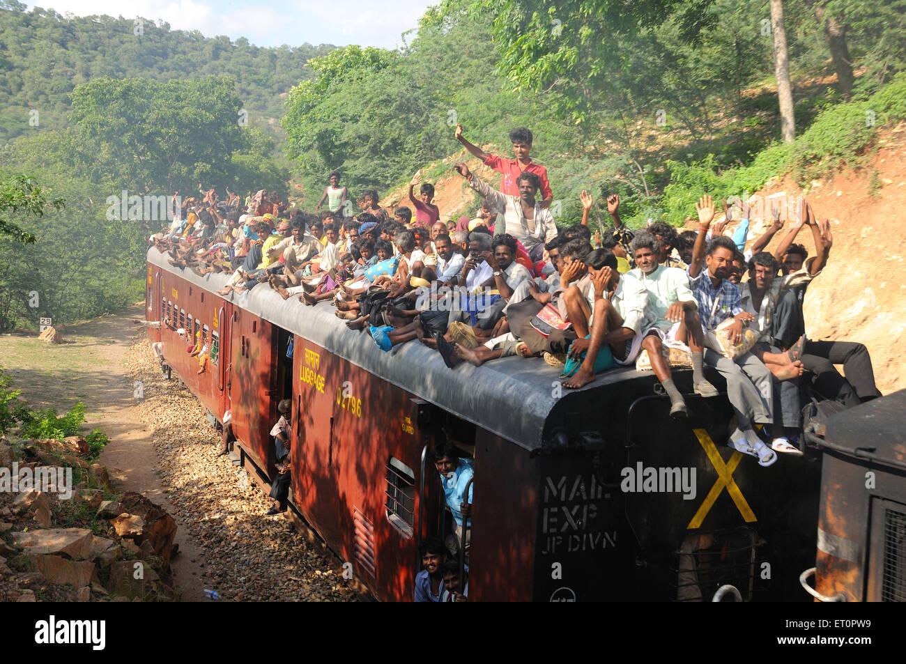 La gente viaggia sul tetto del treno Goram ghat Marwar Junction Rajasthan in India Immagini Stock
