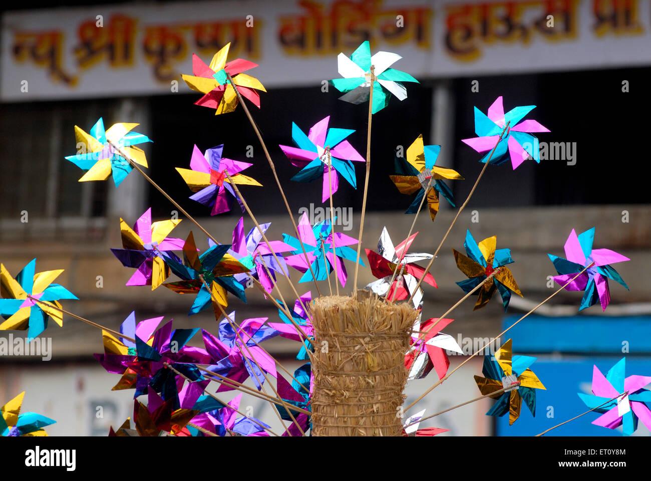 Mulini a vento colorate o ruote di carta per vendere ; Mumbai Bombay ; Maharashtra ; India 2009 Immagini Stock
