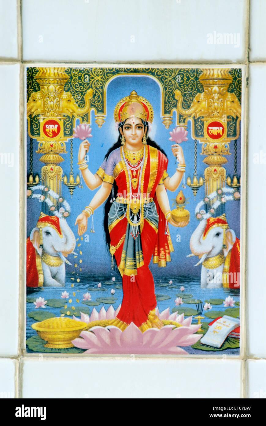 Lakshmi moglie di Vishnu dea della ricchezza dipinta sulla piastrella ; villaggio Donje ; Pune ; Maharashtra ; India Immagini Stock
