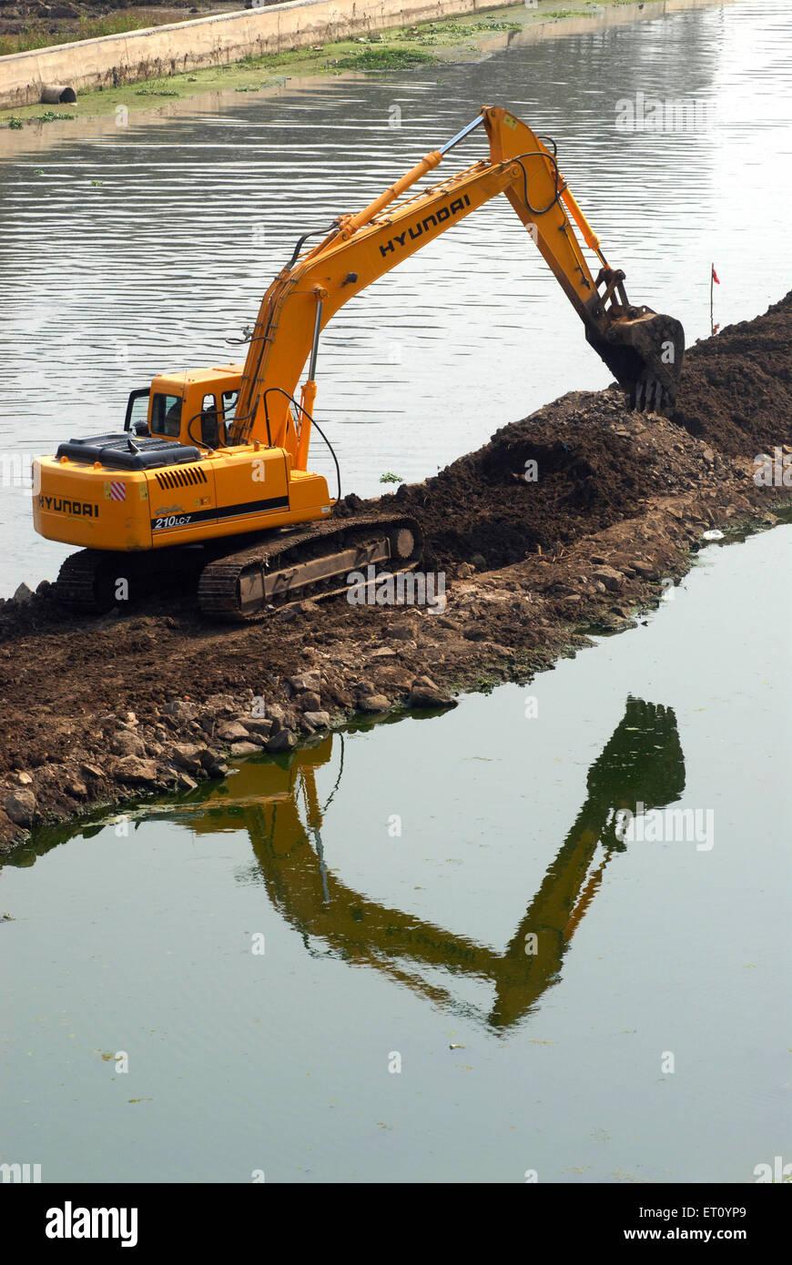 Escavatore e scavatrice Bulldozer della Hyundai Rolex 210 LC 7 macchine pesanti ; lavori di scavo presso la banca Immagini Stock