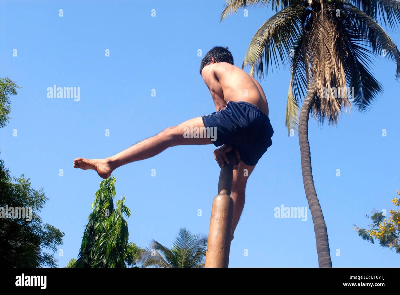Malkhamb giovane ragazzo di eseguire la ginnastica ; Thane ; Maharashtra ; India 2009 Immagini Stock