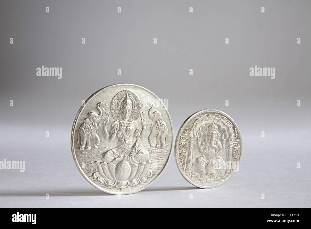 Monete d'argento con dio Ganesh e la dea Lakshmi picture ; India Immagini Stock