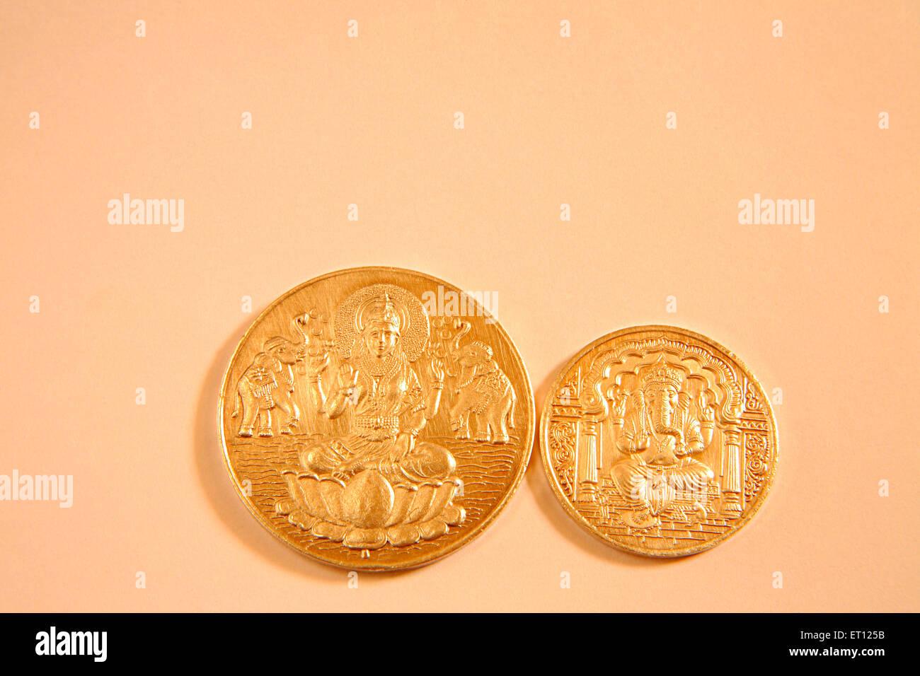 Monete d oro con dio Ganesh e la dea Lakshmi picture ; India Immagini Stock