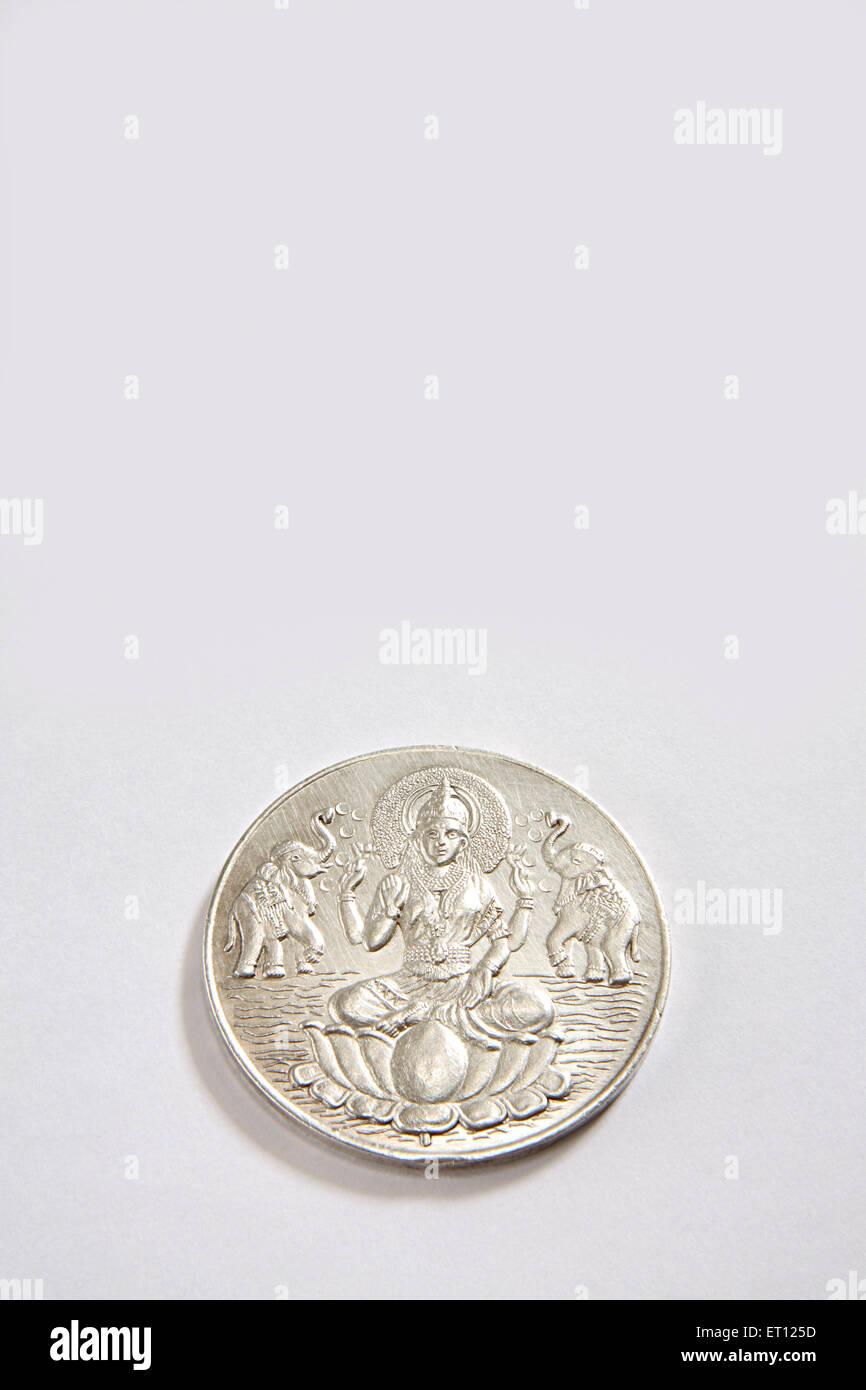 Concetto ; moneta d'argento della dea Lakshmi su sfondo bianco Immagini Stock