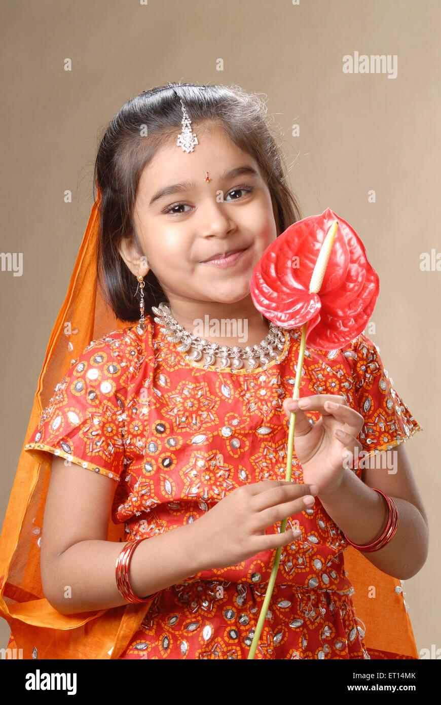 Giovane ragazza in ghagra choli holding anthurium fiore signor#719D Immagini Stock