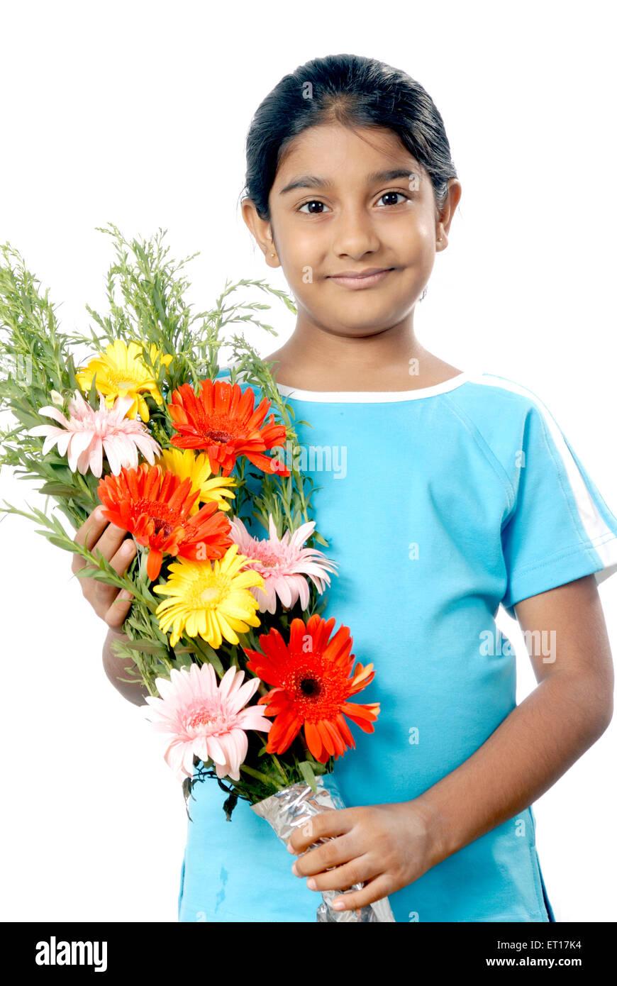 Ragazza con bouquet di fiori e di celebrare la occasione ; Mumbai Bombay ; Maharashtra ; India Signor#152 Immagini Stock