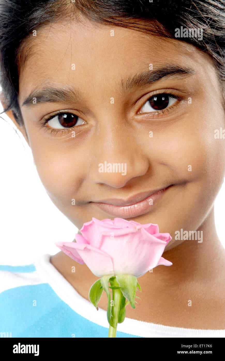 Ragazza con rose rosa ; Mumbai Bombay ; Maharashtra ; India Signor#152 Immagini Stock