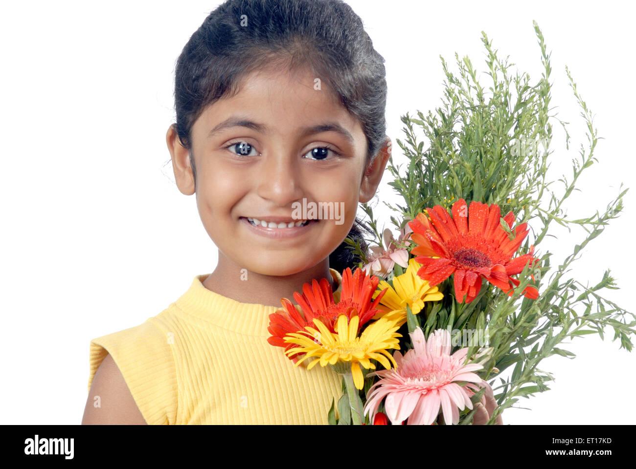 Ragazza indiana bambino festeggia il compleanno di contenimento bouquet di fiori su sfondo bianco - signor#682w Immagini Stock