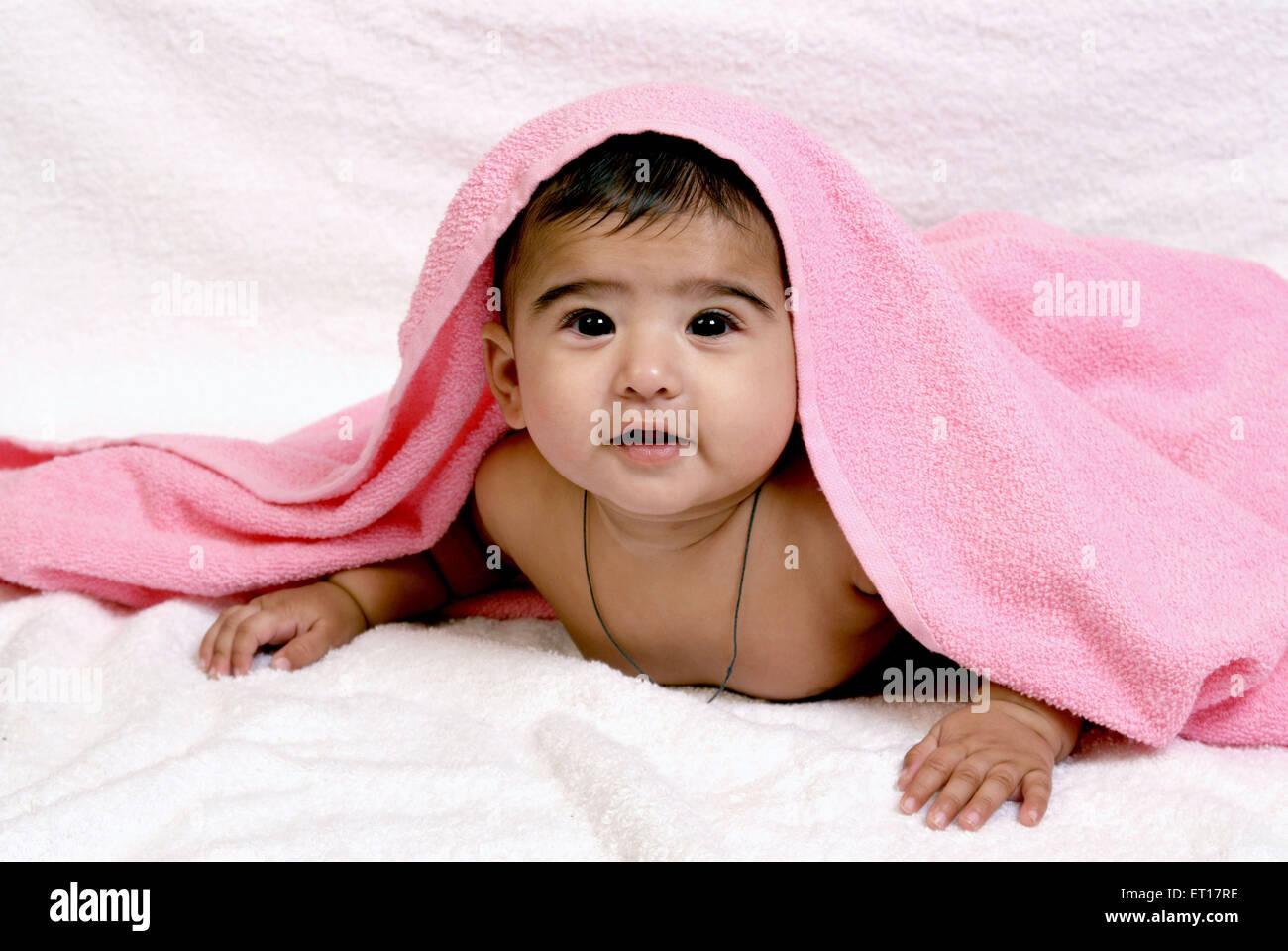 Baby Boy coprire la testa con un asciugamano rosa India Asia signor#364 Immagini Stock