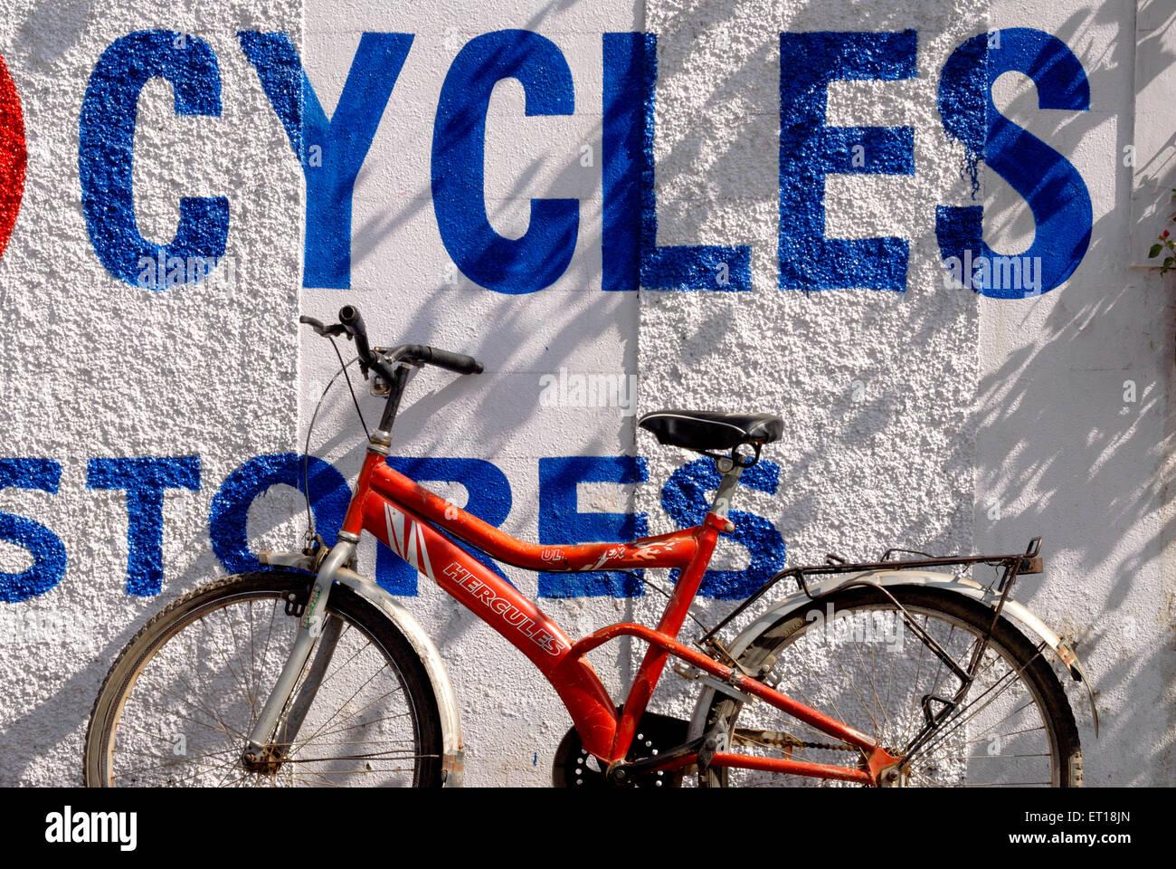 Bicicletta con graphic design ; Devlali ; Maharashtra ; India Novembre 2008 Immagini Stock