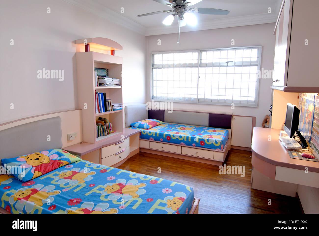 Bambini Camera da letto letto interni tabella nella finestra computer - pr#364 - 167093 rmm Immagini Stock