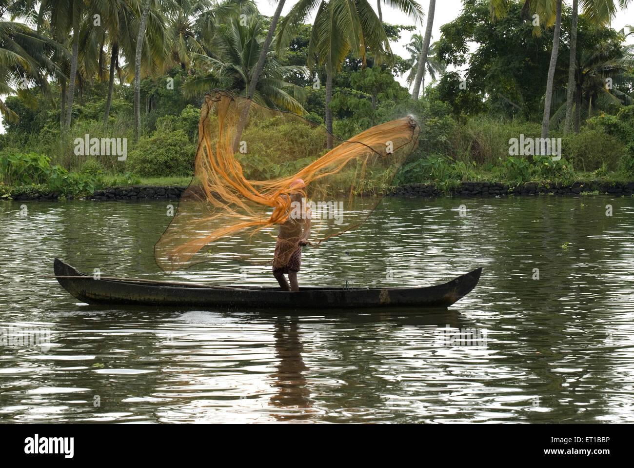 Pescatore pesca in Alleppey a Kerala India Immagini Stock