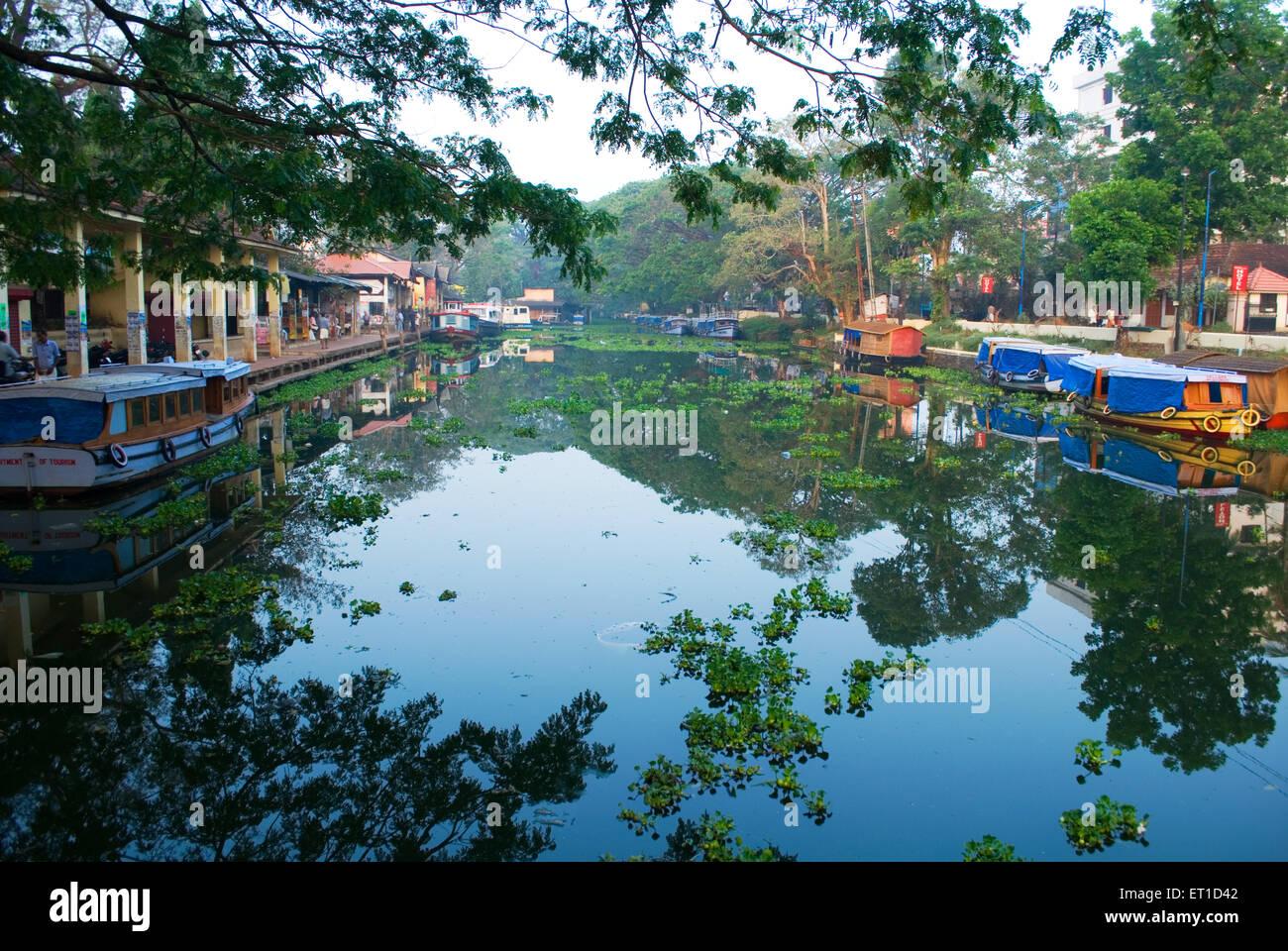 Case e alberghi sul fiume ashtamudi ; Alleppey ; Kerala ; India Immagini Stock