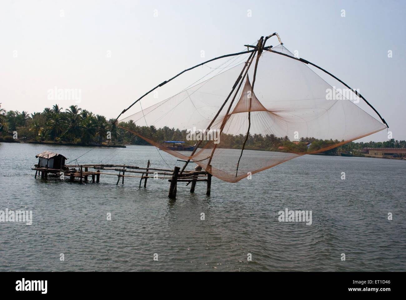 Rete cinese nel fiume ashtamudi ; Quilon ; Alleppey ; Kerala ; India Immagini Stock