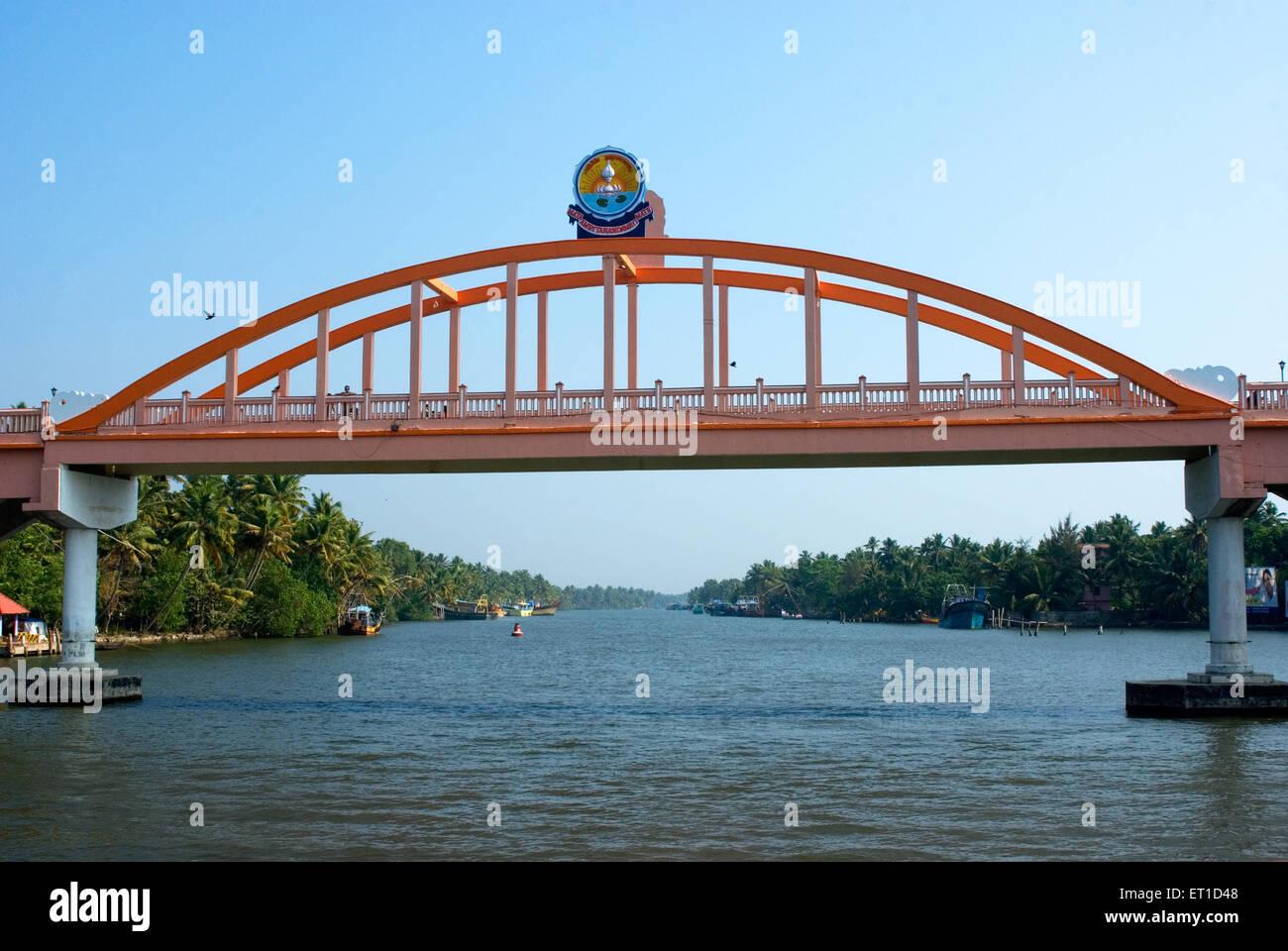 Ponte sul fiume ashtamudi ; Quilon ; Alleppey ; Kerala ; India Immagini Stock