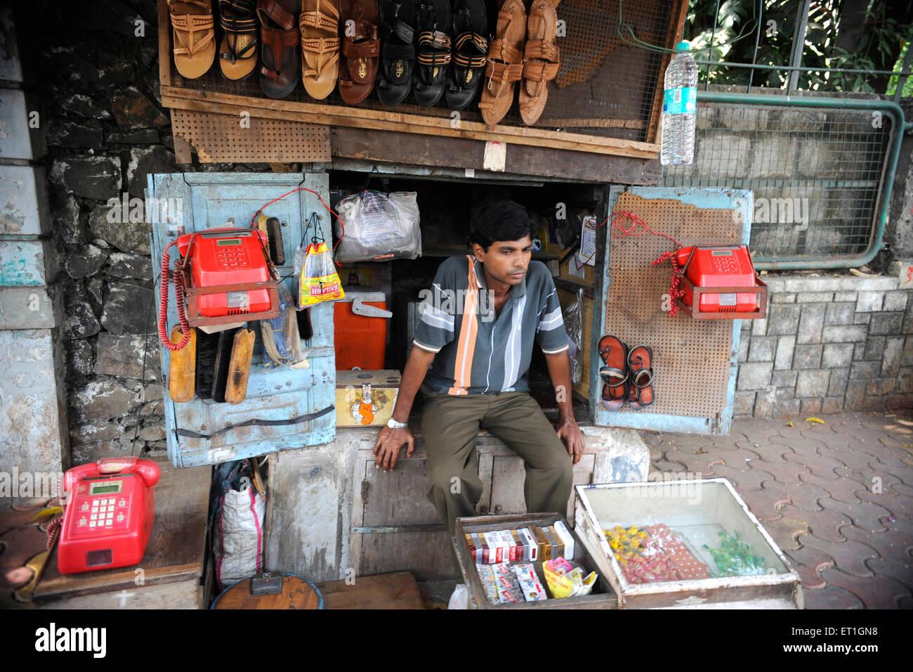 Calzolaio calzolaio o seduti in negozio ; India n. MR Immagini Stock
