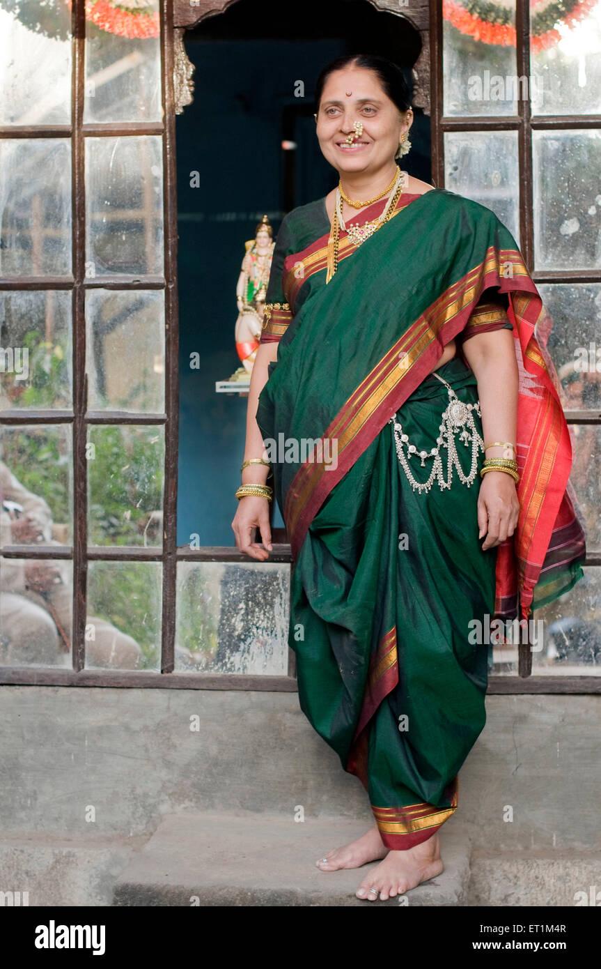 Maharashtrian donna che indossa navwari sari Pune Maharashtra India Asia MR686CC Immagini Stock