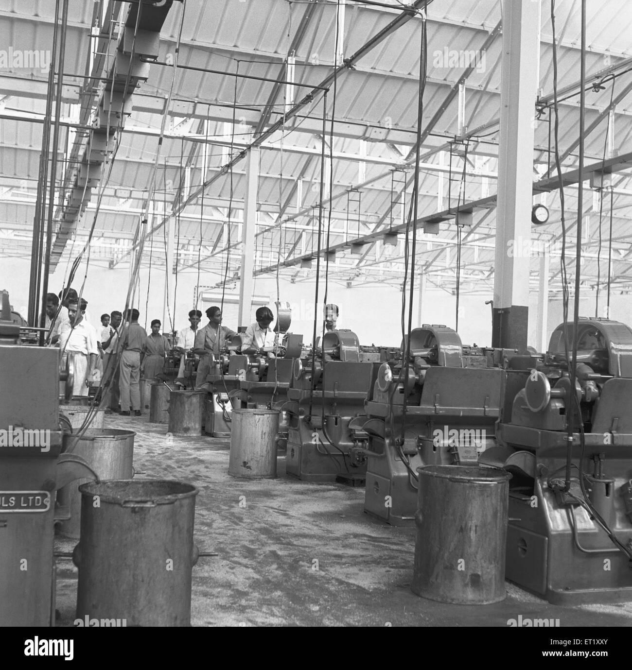 Interno del telefono factory ; la fabbricazione di apparecchi telefonici a Bangalore ; Karnataka ; India Immagini Stock