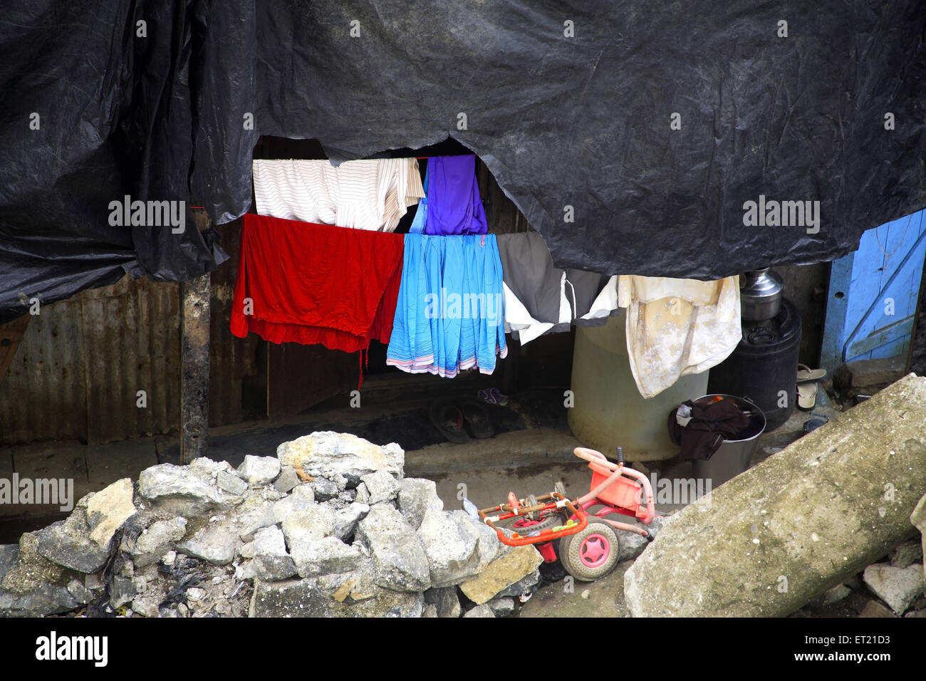 Il foglio di plastica Asciugando panno e detriti negli slum ; Behram Naupada ; Anant Kanekar Marg ; Bandra ; Mumbai Foto Stock