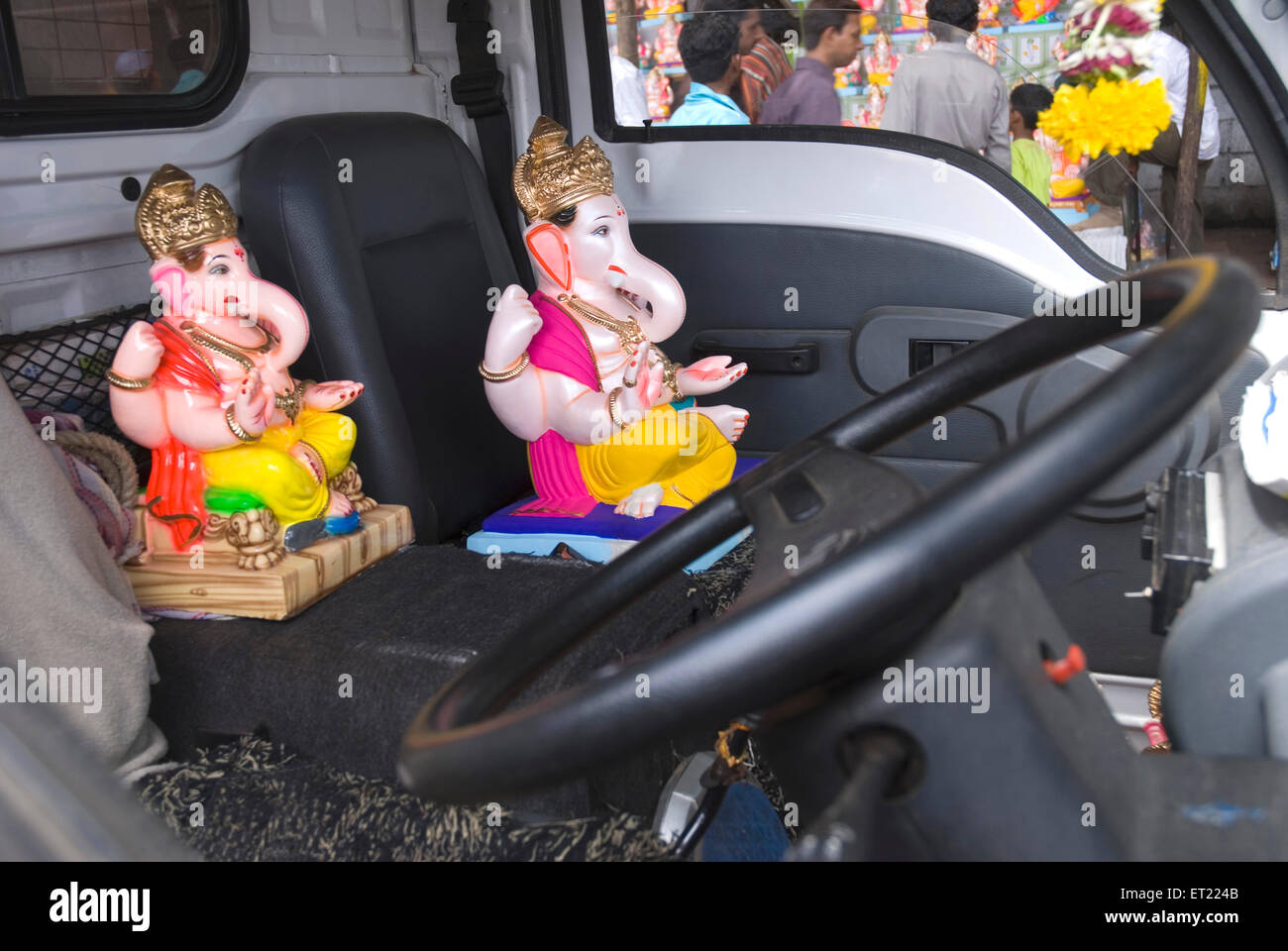 Gli idoli del signore ganesha ganpati al volante in auto prima di festival ; Pune ; Maharashtra ; India Immagini Stock
