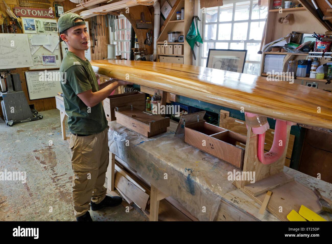 L Uomo Costruire Una Tavola Da Surf In Legno Usa Foto Stock Alamy